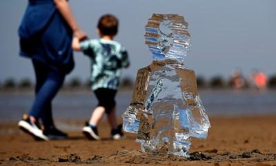 Ледена скулптура на дете, поставена на плаж във Великобритания. СНИМКА: РОЙТЕРС