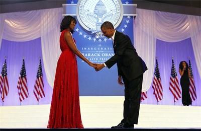 Барак Обама се покланя на  съпругата си Мишел на танц след президентската клетва през януари м.г. Кадърът бе избран от Ройтерс за една от снимките на годината.