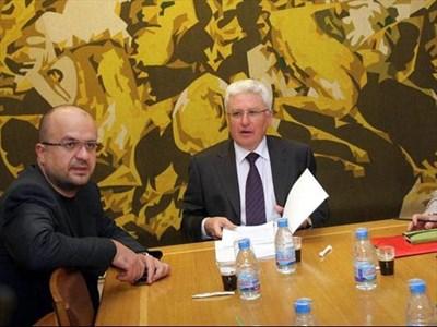 Депутатите Камен Костадинов, Христо Бисеров след заседанието на комисията. СНИМКА: РУМЯНА ТОНЕВА