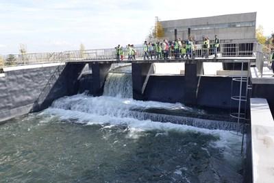 От специално мостче може да се наблюдава укротяването на водата
