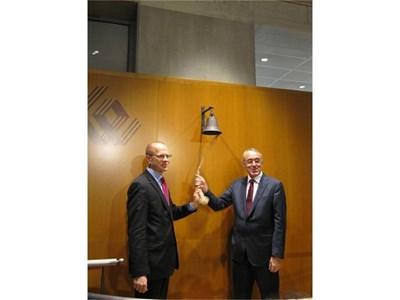 """Донев удря камбаната за официалния старт на търговията на акциите на """"Софарма"""" на Варшавската борса. До него е шефът й Лудвик Соболевски.  СНИМКИ: АВТОРЪТ"""