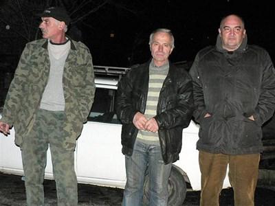 Кметът Николай Бояджиев (крайният вдясно) често навестява квартала да усмирява хората, настръхнали срещу агресивния съсед.  СНИМКИ: АВТОРЪТ