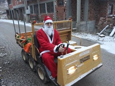 На тази Коледа нямало кой и как да разнесе подаръците на децата. А майстор Гого е председател на местното читалище и мотивирал сина си да се преобрази в добрия старец.  СНИМКА: АВТОРЪТ