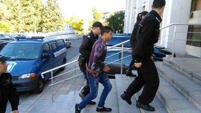 Петър Лечев влиза в съда в Бургас. Снимка:Елена Фотева