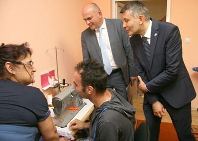 Зам.-кметът Георги Титюков /вляво/ със социалния министър Бисер Петков в един от пловдивските домове.