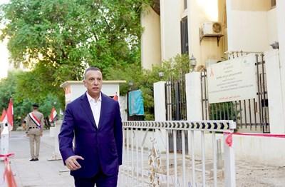 Иракският министър-председател Мустафа ал-Кадими отива да гласува. СНИМКА: РОЙТЕРС