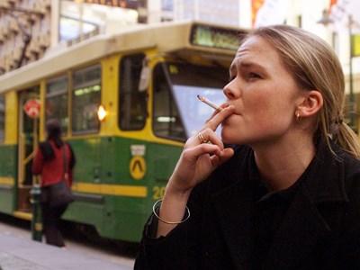 30% от момичетата между 13 и 16 г. употребяват цигари у нас. Това повишава риска от репродуктивни проблеми, онкологични и други заболявания в зряла възраст. СНИМКА: Едже Токсабай и Пол Тейлър от Ройтерс
