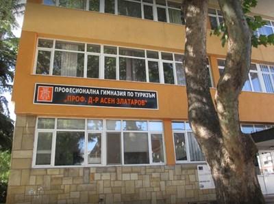 "Бургаската гимназия по туризъм ""Проф. Асен Златаров"" СНИМКА: Google Street View"