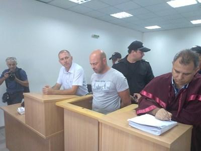 Георги Моллов (в средата) в Пловдивския окръжен съд
