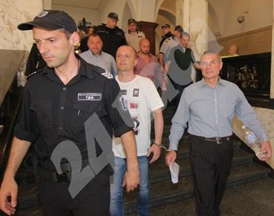 Водят под конвой задържаните полицаи СНИМКИ: Румяна Тонева СНИМКА: 24 часа