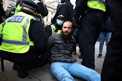 Няколко души бяха задържани в Лондон на протест срещу мерките, наложени от британското правителство заради новия коронавирус СНИМКИ: Ройтерс