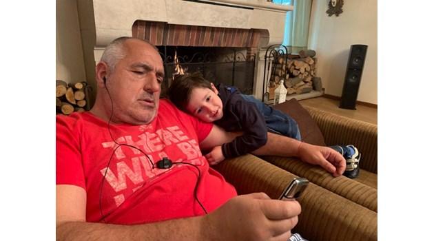 Бойко Борисов заедно с внучето си: Вечер времето е само за нас