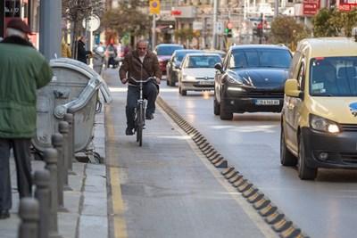 Освен във велоалеите, колоездачите искат да карат и в бус лентите.