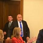 Премиерът Бойко Борисов и финансовият министър Владислав Горанов влязоха заедно на заседанието на правителството вчера от врата на заседателната зала, която води към кабинета на министър-председателя.