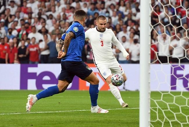 Защитникът на Англия Люк Шоу вкарва във вратата на Италия за 1:0.