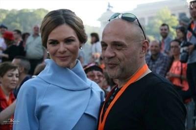 Светлана и Томислав Дончев по време на парада в родното Габрово днес