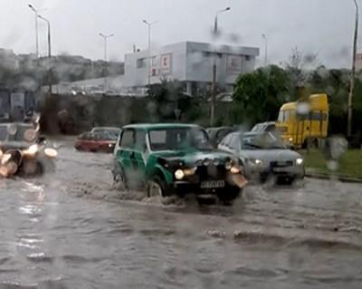 Пороят превърна улици в реки в Търново, но няма сериозни щети