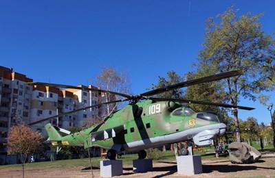"""Този щурмови хеликоптер Ми-24 се приземи завинаги в старозагорския парк """"Артилерийски"""" през октомври 2016 г., за да се превърне в мемориал на несъществуващата вече 23-а вертолетна авиобаза.  СНИМКА: Ваньо Стоилов"""