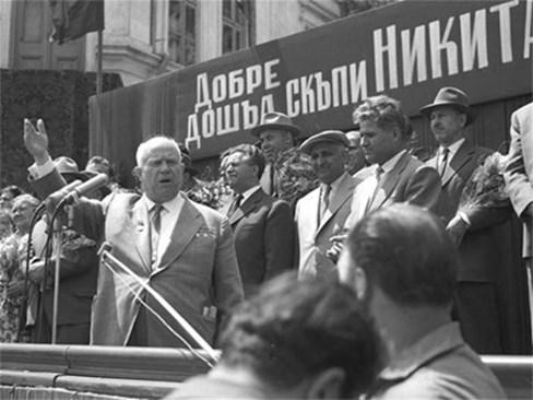 Никита Сергеевич Хрушчов говори на митинг при посещението си в България. Зад него е Антон Югов, Живков е с каскета. Сн: Архив 24 часа