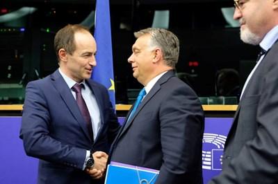 Най-високопоставеният ни евродепутат - лидерът на делегацията на ГЕРБ/ЕНП Андрей Ковачев, който е също зам.-председател на цялата група на ЕНП в Европейския парламент и член на ръководството на ЕП, разговаря с унгарския премиер Виктор Орбан в Страсбург. СНИМКА: Кристина Кръстева