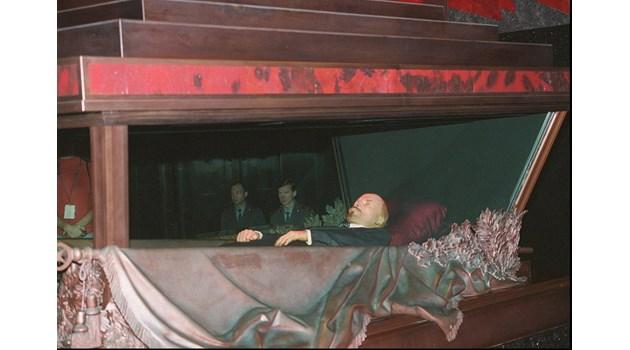 Сталин поднася отровата на Ленин! Поет разкрива пъкления план в кодирано стихотворение