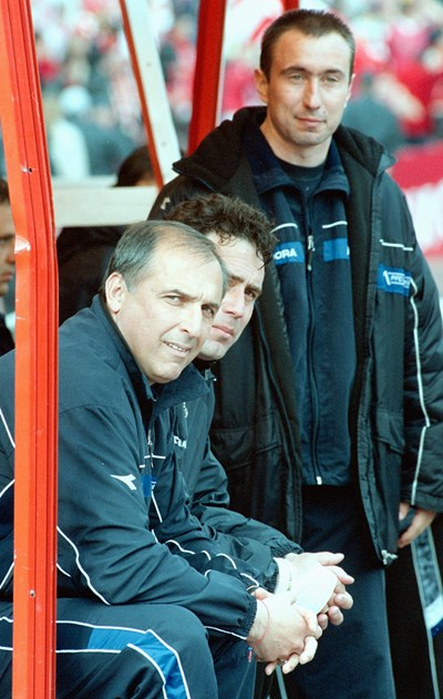 """March 16, 2003 - Georgi Todorov in the foreground on the bench """"Levski"""" victory over CSKA Moscow 1: 0. Straight von cost. After his playing car & # 39; EASURES he took coaching as an assistant, but it is the headquarters of Todorov. Photo: Vladimir Stoyanov"""