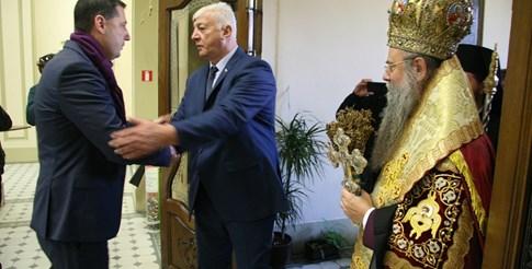 Иван Тотев посрещна Здравко Димиров, а митрополит Николай през цялото време ръсеше със светена вода. Снимки: Евгени Цветков