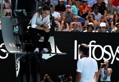 Сръбската съдийка Марияна Вельович обяснява на Роджър Федерер, че ще го накаже за ругатни. Снимка: Ройтерс