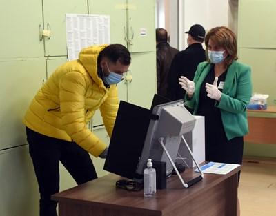 Избирател гласува с машина в софийска секция.  СНИМКИ: ВЕЛИСЛАВ НИКОЛОВ