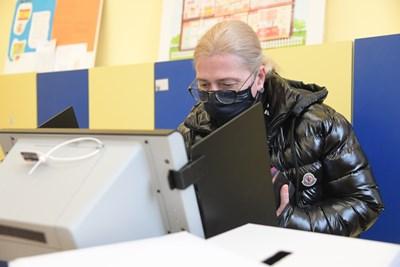 Избирателка гласува с машина в една от софийските секции.  СНИМКА: ЙОРДАН СИМЕОНОВ