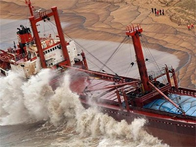 """Вълна удря кораба """"Бремен"""", който заседна на плаж в Бретан. СНИМКА: РОЙТЕРС"""