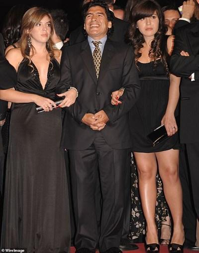 Диего Марадона с двете си дъщери от единствения си брак. Чернокосата Далма е кръстена на майка му. Русата е Джанина.