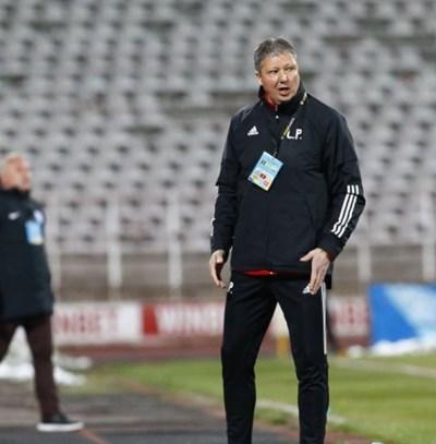 Любо Пенев се ядосва на поредния пропуск на отбора си.