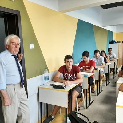 Тео сред своите ученици  СНИМКА: Тони Щилиянова