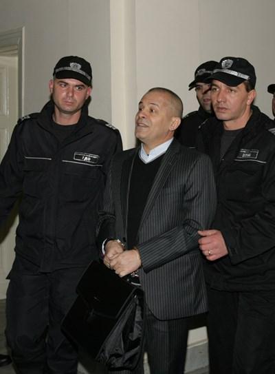 Полицаи водят Георги Вълев, който в момента е в ловешкия затвор