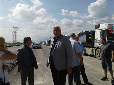 Областният управител Здравко Димитров (вдясно) и шефът на полицията Атанас Илков са на мястото на протеста