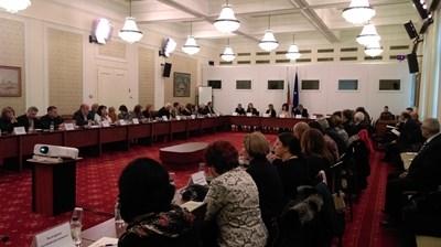 """Зала """"Изток"""" в парламента едва побра заявилите участие в дискусията за психиатричната помощ. СНИМКА: Любомира Николаева"""