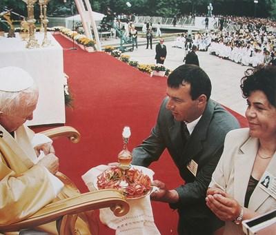 Ана и Иван Йовчеви поднасят на папа Йоан Павел Втори преди 17 г. в Пловдив табла с розово масло.