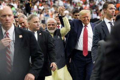 Президентът на САЩ Доналд Тръмп и индийският премиер Нарендра Моди се срещнаха на стадион в щата Тексас СНИМКА: РОЙТЕРС