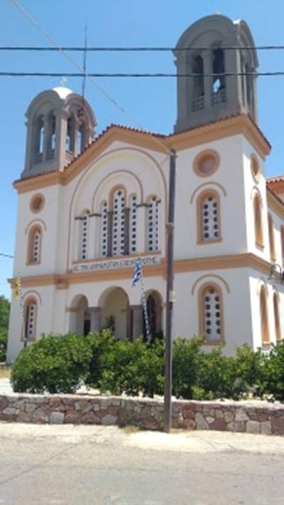 Свещеници служиха пред храмовете в Гърция без богомолци на Благовещение.