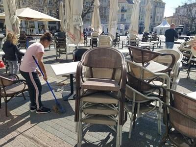 Жени метат около масите, други редят столовете в едно от заведенията в центъра на Пловдив. Снимки: Авторът