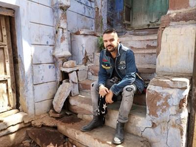 Графа снима последното си видео в Индия.