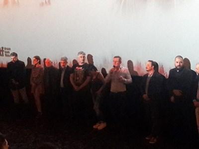 """Продуцентът Евтим Милошев представи целия екип на """"Дяволското гърло"""" на сцената."""