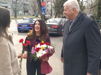 Здравко Димитров посрещна с букет Херо Мустафа