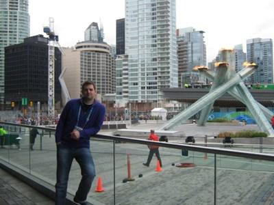 Иван Петров на фона на олимпийския огън във Ванкувър