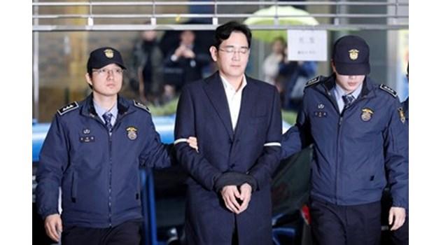 Осъдиха наследника на Samsung на 5 години затвор