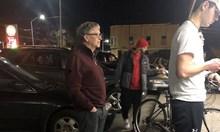 Виж как Бил Гейтс, който притежава $95 млрд.,  се реди на опашка за бургер с пържени картофки и кола за 7,68 долара