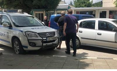 Така полицаи извеждат по принцип от полицейското управление мъж, задържан за купуване на гласове. КАДЪР: БНТ