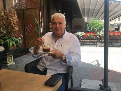 Христо Бонев си пие фредото и се ядосва на слабата активност в Пловдив. Снимка: Авторът