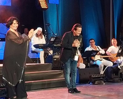 Йорданка Христова връчва наградата за първо място в конкурса на Дани Милев.